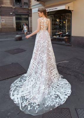 Свадебное платье из фатина с вышивкой и 3D-цветами ZAR002