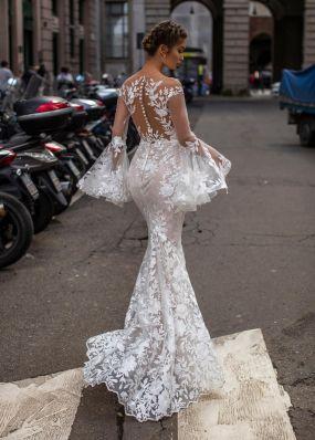Свадебное платье из кружева с длинными расклешенными рукавами TarikEdiz ZTZ038