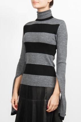 Серый свитер с полосками