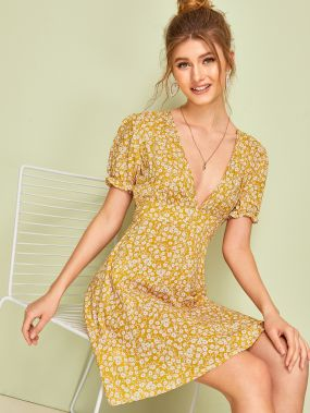 Платье с цветочным принтом, завязкой и глубоким V-образным вырезом