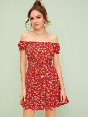 Платье с оборкой, открытым плечом и цветочным принтом