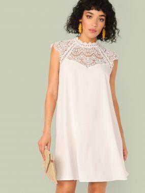 Платье с кружевной вставкой и застежкой сзади
