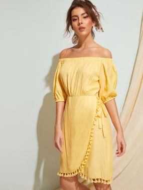 Платье на запах с бахромой и открытым плечом