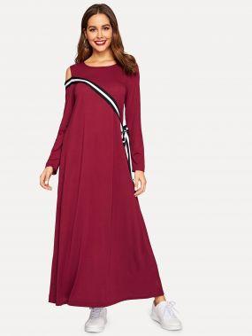Платье с полосками бантом и вырезами на плечах