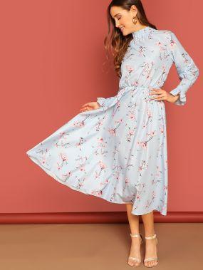 Платье с высоким воротником и цветочным принтом