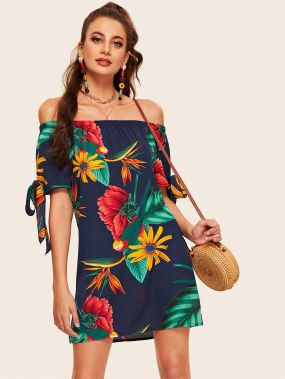 Цветочное платье с открытыми плечами и бантами на манжете