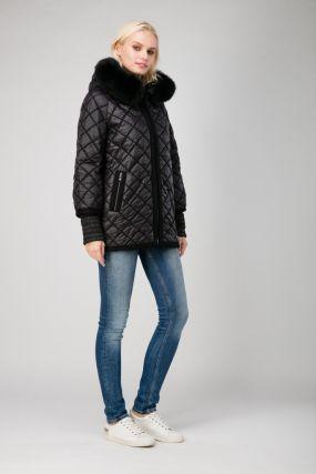 Стеганая женская куртка с мехом и капюшоном