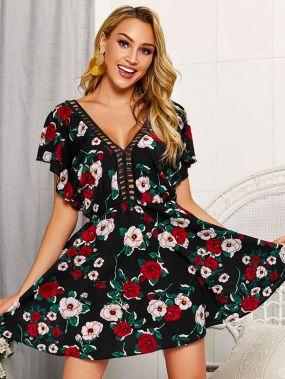Цветочное платье с контрастной ажурной вставкой и открытой спиной