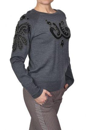 Серый джемпер с кожаными аппликациями