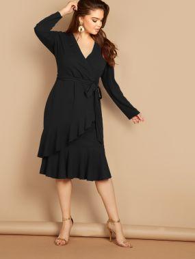 Платье на запах с поясом и оборкой размера плюс