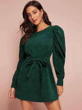 Вельветовое платье с пышными рукавами и поясом