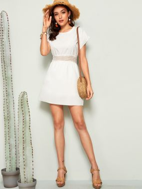 Приталенное расклешенное платье м кружевной вставкой