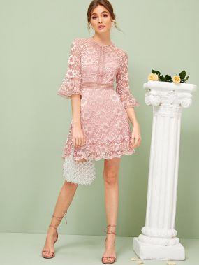 Кружевное платье с оригинальным рукавом