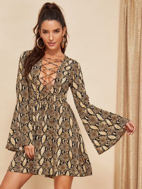 Платье на шнуровке с принтом змеиной кожи с белл-рукавом