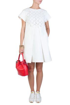 Белое платье со складкой