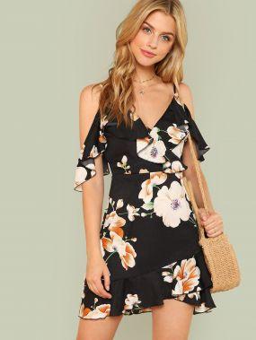 Цветочное платье с открытыми плечами и оборками