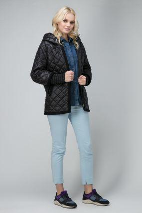 Короткая утепленная женская куртка с капюшоном