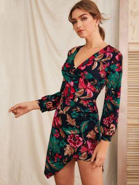 Асимметричное платье с цветочным принтом и v-образным вырезом