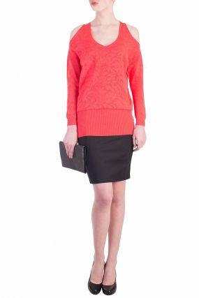 Коралловый свитер с открытыми плечами