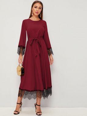 Платье с кружевной отделкой и поясом