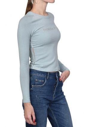 Светло-голубой пуловер с прозрачными полосками