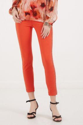 Красные брюки с цепочкой