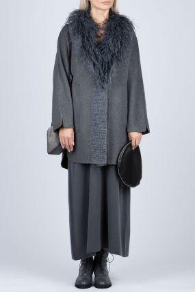 Темно-серое пальто с отделкой из перьев