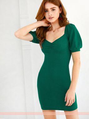 Трикотажное платье с пышными рукавами