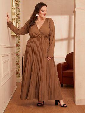 Платье макси размера плюс с v-образным вырезом и плиссированным краем