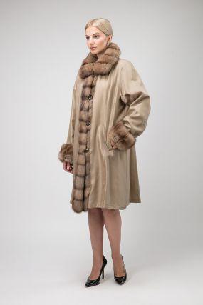 Длинное двустороннее пальто на меху ласки с отделкой из соболя