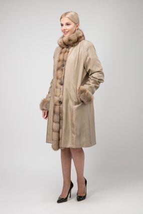 Длинное пальто на меху для зимы с отделкой из соболя