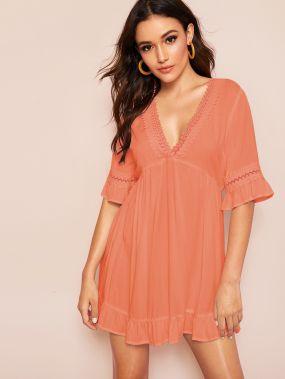Платье с оборкой, кружевной вставкой и глубоким V-образным вырезом