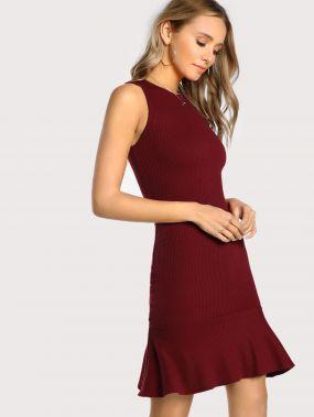 Модное вязаное платье с оборкой