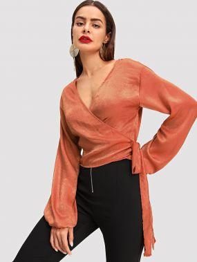 Блузка с запахом и с рукавами,присборенный у манжета