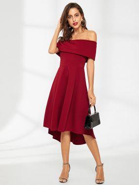 Одноцветное платье с открытыми плечами