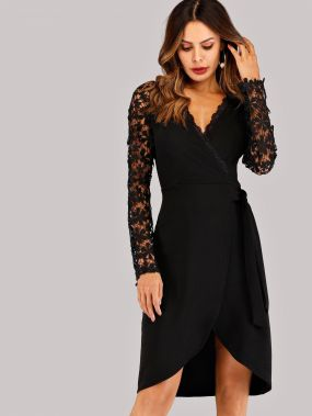 Контрастное платье с кружевами и запахом