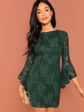 Кружевное платье с оборками рукавами