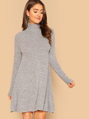 Пепельное вязяное свободное платье с высоким принтом