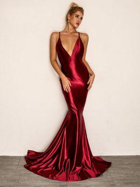 Атласное платье с глубоким вырезом и открытой спиной