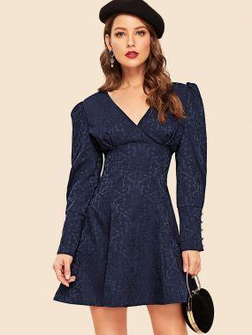 Расклешенное платье в стиле 50-х годов с V-образным вырезом и объемными рукавами