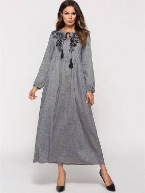 Платье с оригинальным рукавом и вышитым цветочным принтом завязкой на шее