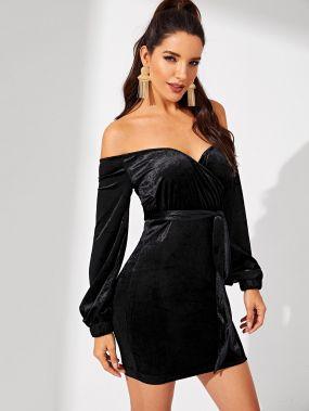 Бархатное платье с открытыми плечами с поясом