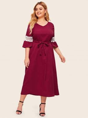 Платье с поясом, кружевной вставкой и V-образным вырезом размера плюс