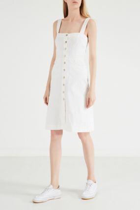 Белое джинсовое платье на бретелях