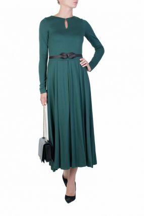 Зеленое платье с вырезом-каплей