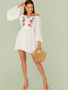 Платье с оригинальным рукавом, вышивкой и открытым плечом