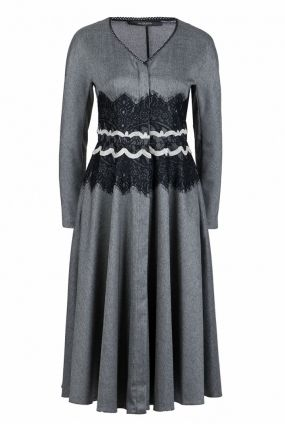 Приталенное платье с кружевной отделкой