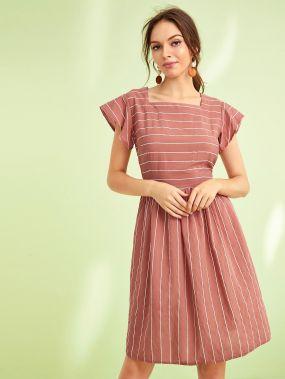 Полосатое приталенное расклешенное платье с квадрадным воротником