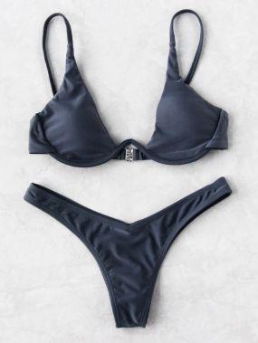Модный привлекательный купальник-бикини