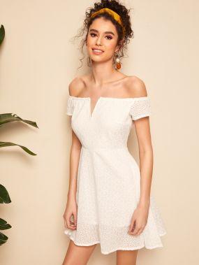 Приталенное расклешенное платье с открытым плечом